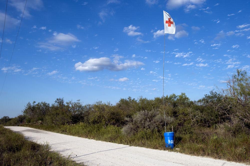 En el desierto del condado de Brooks (Texas), un centenar de puntos de agua fueron instalados por el Centro de Derechos Humanos del Sur de Texas para los que tratan de llegar a los Estados Unidos.