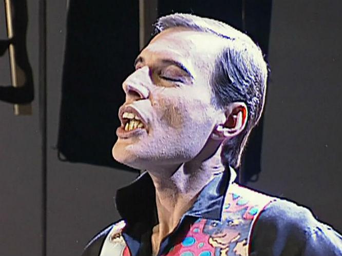 Freddie durante sus últimos días de vida, nunca dejó de cantar, aunque ya lucía muy enfermo.