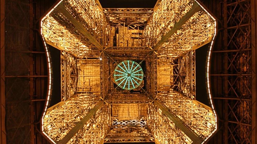 La Torre Eiffel vista desde abajo.
