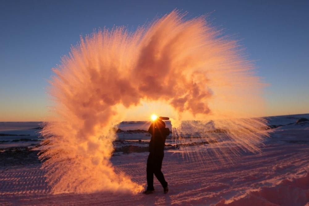 Esto es lo que pasa si tiras té en el aire del Ártico.