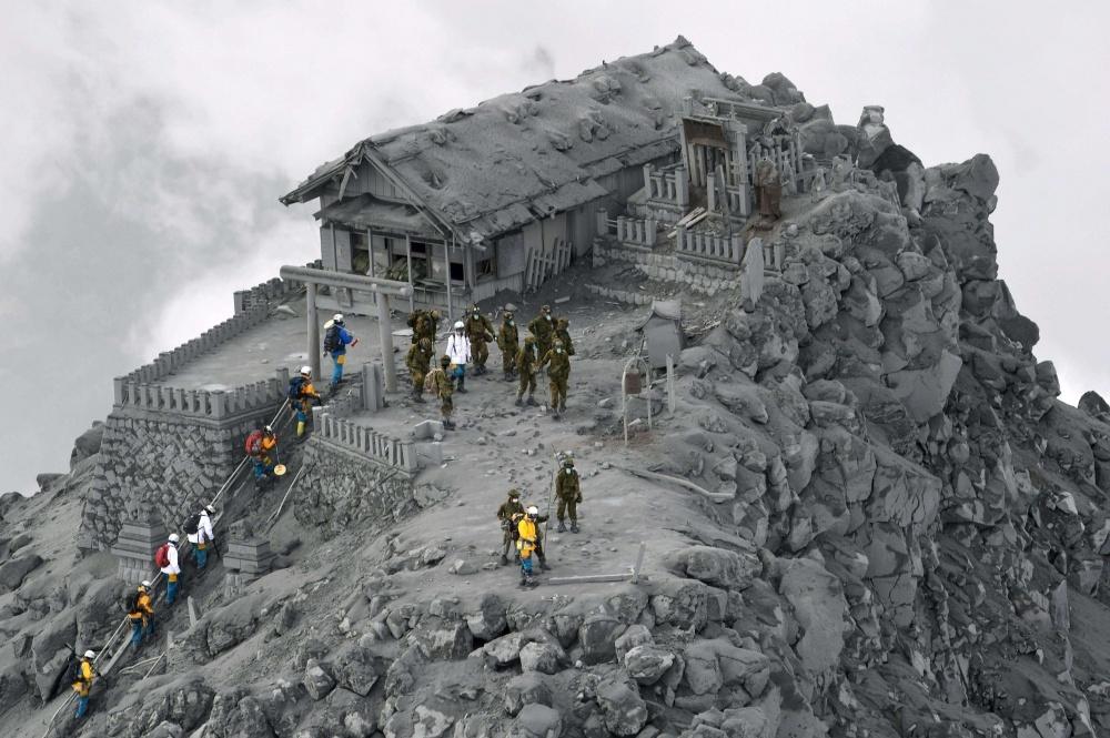 Un templo cubierto de cenizas volcánicas en Japón.