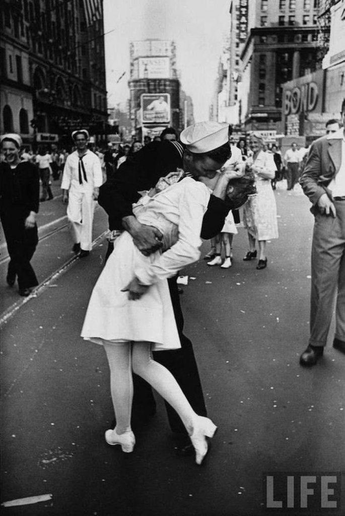 beso al terminar la guerra