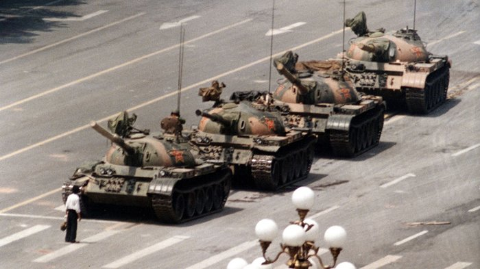hombre contra tanque