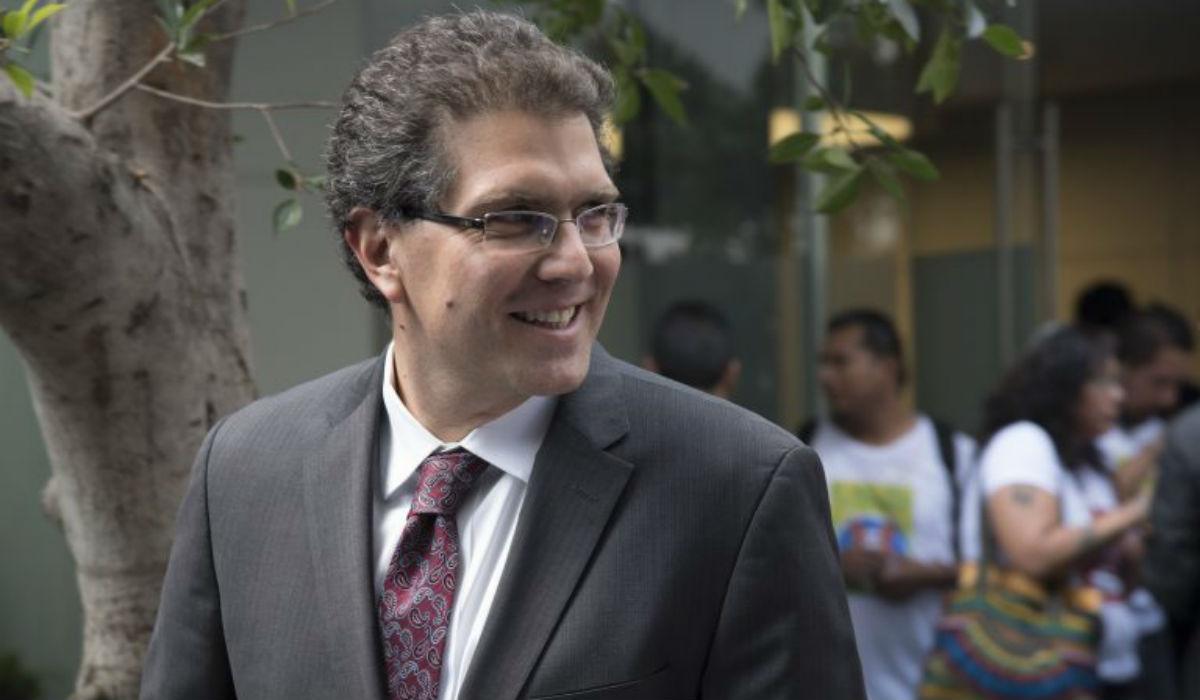 Armando Ríos Piter sigue su camino